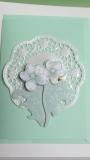 Mintfarbene Grusskarte mit weissem 3D-Blumenmotiv.