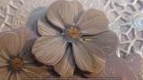 Fliederfarbene Grusskarte mit beglimmertem hellblau/fliederfarbenem Blumen-3D-Motiv
